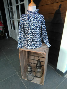 Mooi pantherprint shirt blauw. maat 92/98 104/110 116/122 128/134 140/146 152/158 en 164/170 prijs 12.99 euro