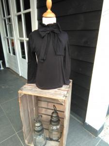 Prachtig meisjes shirt zwart oook verkrijgbaar in navy en ecru. Maat 92/98 t/m maat 164/170 prijs 12.99 euro